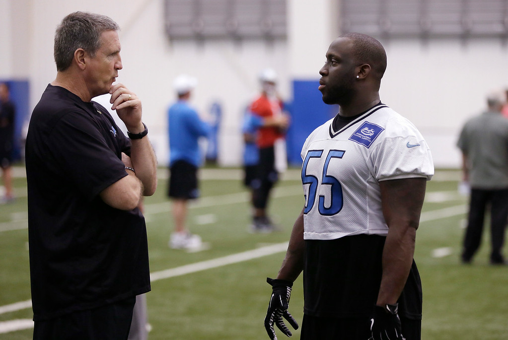 . Detroit Lions linebackers coach Bill Sheridan, left,  talks with Stephen Tulloch after an NFL football organized team activity in Allen Park, Mich., Wednesday, May 28, 2014. (AP Photo/Carlos Osorio)