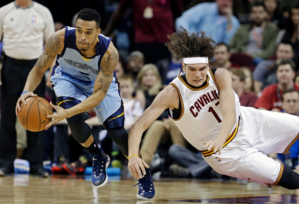 . Memphis Grizzlies\' Courtney Lee, left, steals the ball from Cleveland Cavaliers\' Anderson Varejao, from Brazil, in the second quarter of an NBA basketball game Sunday, Dec. 21, 2014, in Cleveland. (AP Photo/Mark Duncan)