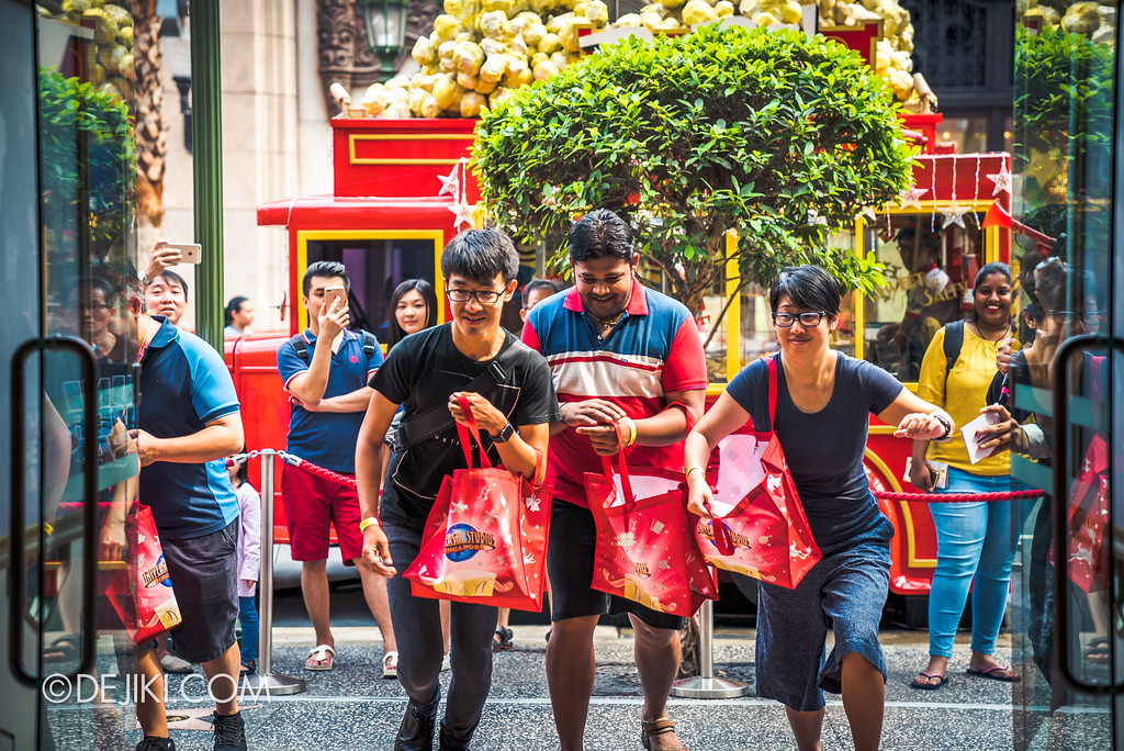 Universal Studios Singapore - Silver Screen Store - Shopping Spree Event Participants rushing in