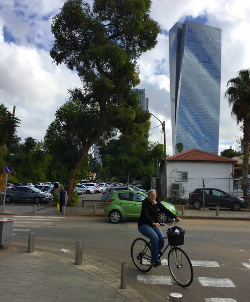 Walking to Tel Aviv Art Museum: Azrieli Sarona Tower