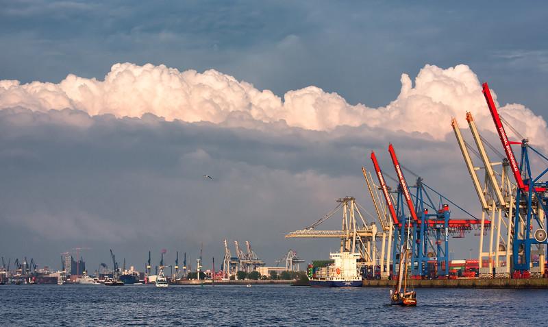 Hamburg Elbe Blick in die Stadt mit Terminal Burchardkai und Wolken