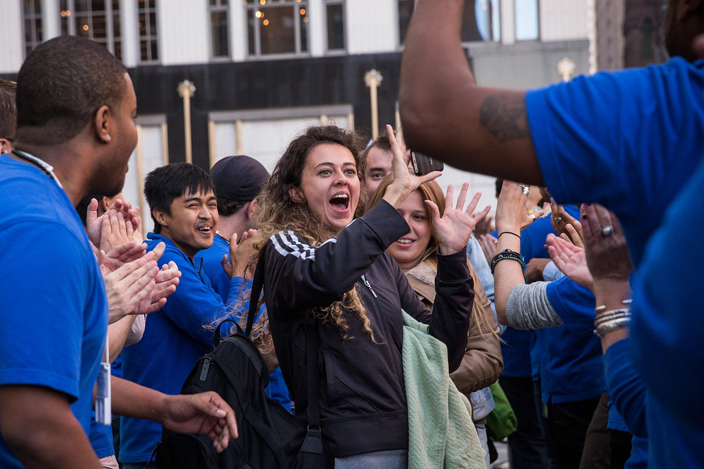 . Customers are greeted by Apple employees while entiring the Fifth Avenue Apple Store to buy an iPhone 5S on September 20, 2013 in New York City.  (Photo by Andrew Burton/Getty Images)
