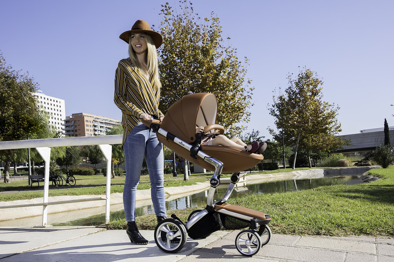 Mima_Xari_Lifestyle_Camel_Aluminium_Chassis_Mum_With_Baby_In_Pushchair.jpg