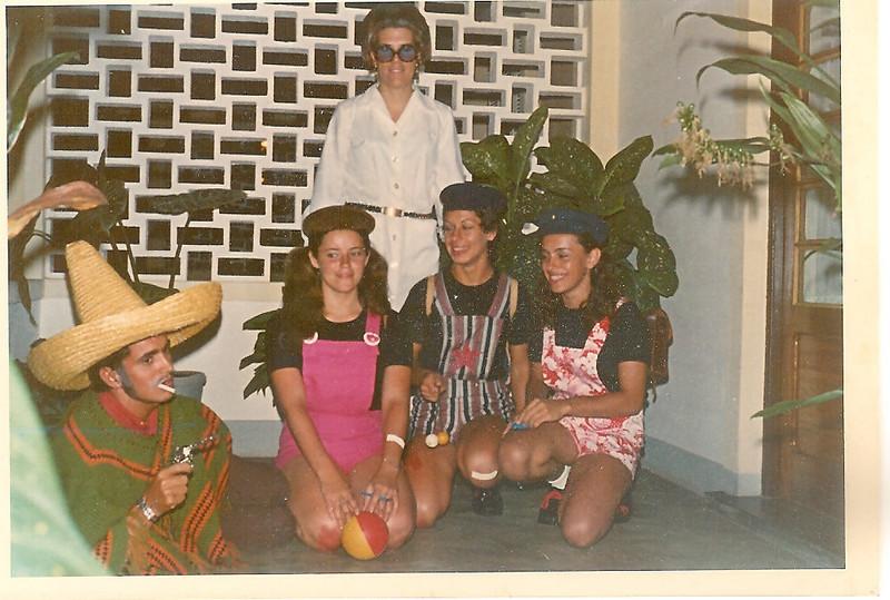 Carnaval de 1972 – Teresa Caetano,  Luisa Fernando Santos, Nanda Virgílio, Linda Madureira, irmão da Nanda