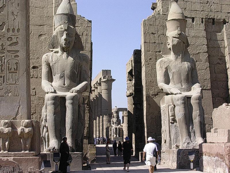 Ramsesstatuer ved Luxortemplets inngang (Foto: Ståle)