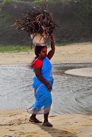 DSC_0834 Woman carrying wood ss70-3 MALA PS-.jpg