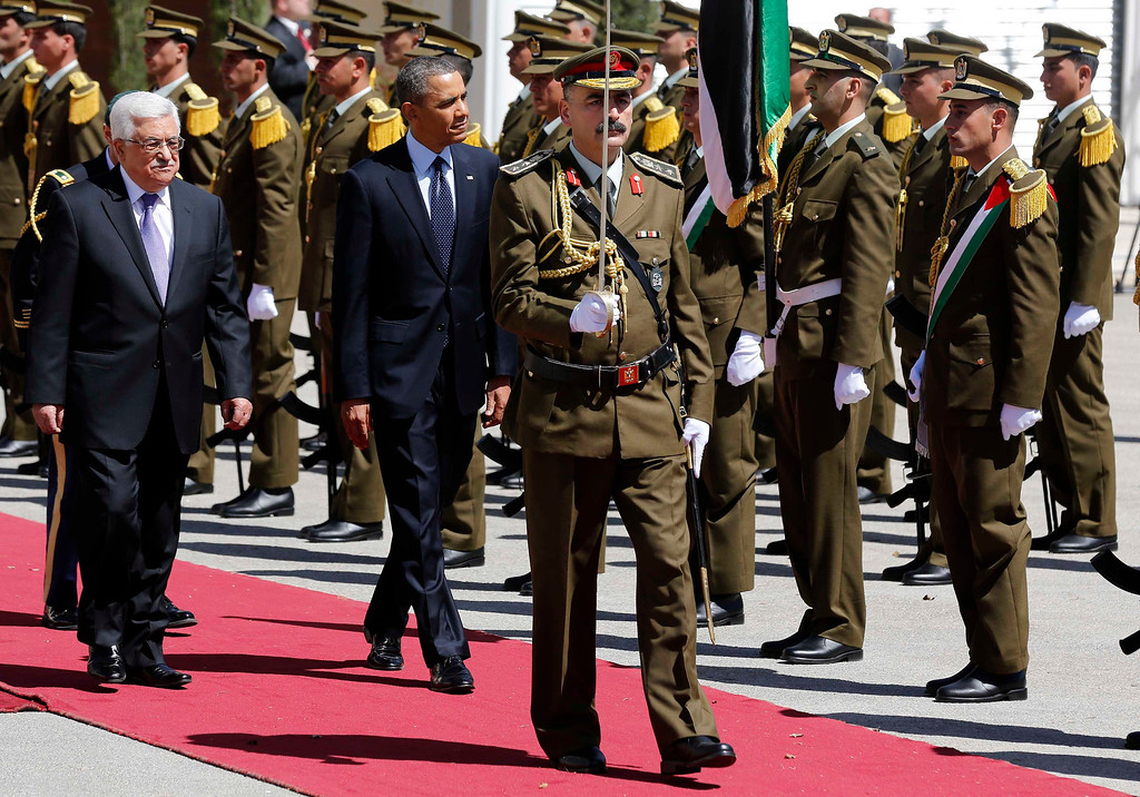 . U.S. President Barack Obama and Palestinian President Mahmoud Abbas (L) review troops as they participate in an arrival ceremony at the Muqata Presidential Compound in the West Bank City of Ramallah March 21, 2013.     REUTERS/Larry Downing