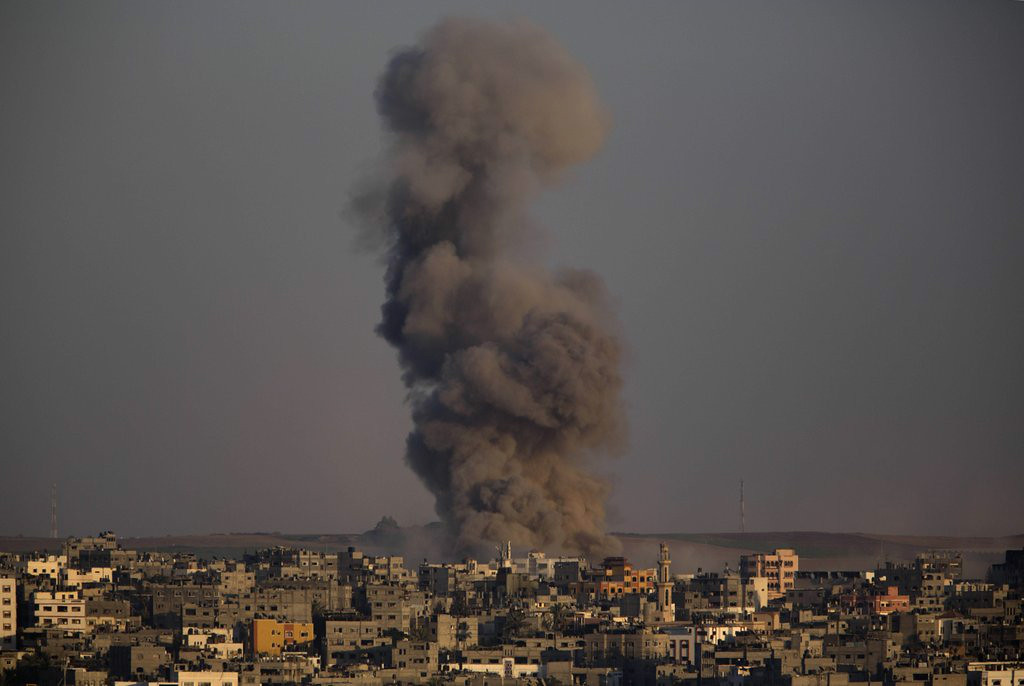 ". 7. (tie) GAZA CEASEFIRES <p>Turns out, the word ceasefire means entirely different things in Arabic and Hebrew. (unranked) </p><p><b><a href=""http://www.twincities.com/breakingnews/ci_26271389/israeli-airstrike-kills-militant-leader-gaza\"" target=\""_blank\""> LINK </a></b> </p><p>   (AP Photo/Dusan Vranic)</p>"