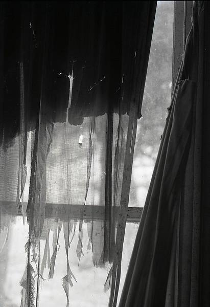 47252659_Torn curtain
