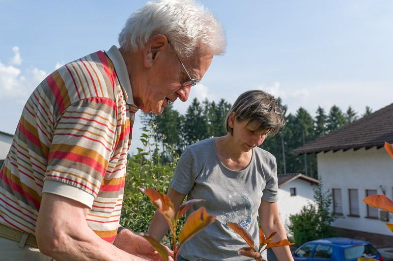 Opa hatte keine Lust auf Scrabble. Er hat lieber Mechtild bei der Gartenarbeit geholfen.