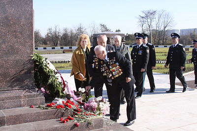 Kazak and veterans at monument krug