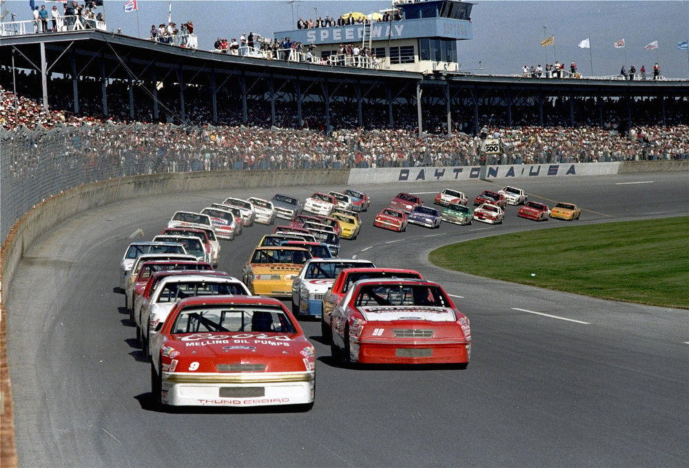 Description of . Bill Elliott in his Coors Ford, from Dawsonville, Ga., leads the field in his pole position at the start of the Daytona 500 auto race February 15, 1987.  (AP Photo/Kathy Willens)