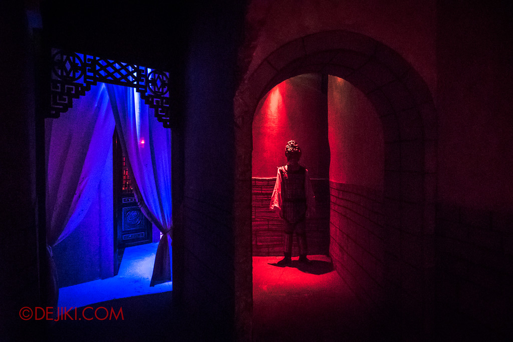 Halloween Horror Nights 7 - TERROR-Cotta Empress haunted house / Blue and Red corridors