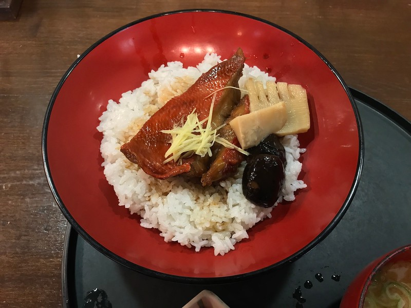 Simmered kinmedai on white rice.