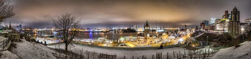 Landungsbrücken Hotel Hafen Hamburg bei Nacht vom Stintfang aus fotografiert