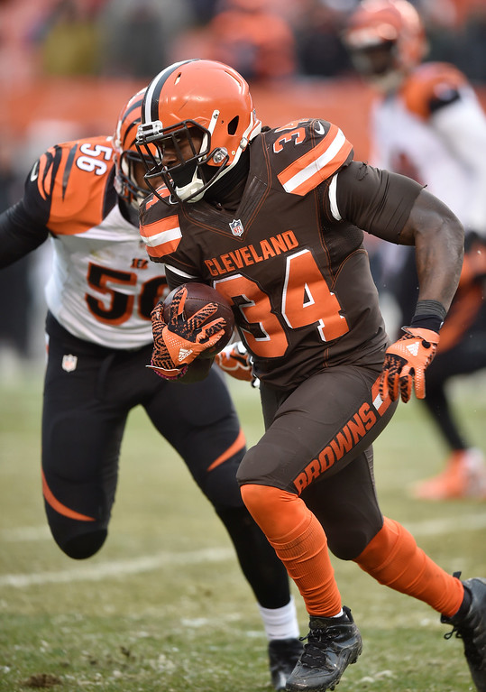 . Cleveland Browns running back Isaiah Crowell (34) runs after a pass in the second half of an NFL football game against the Cincinnati Bengals, Sunday, Dec. 11, 2016, in Cleveland. (AP Photo/David Richard)
