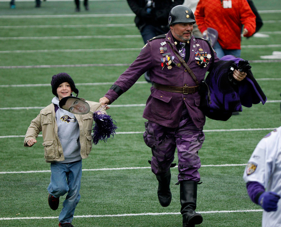 . Fans of Super Bowl XLVII champion Baltimore Ravens run onto their home stadium\'s playing field before a rally in Baltimore February 5, 2013. The Ravens defeated the San Francisco 49ers to win the NFL championship.     REUTERS/Gary Camero