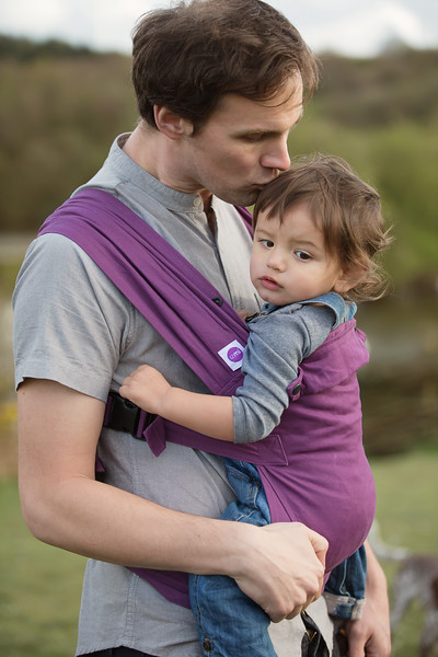 Izmi_Baby_Carrier_Cotton_Midnight_Purple_Lifestyle_Front_Carry_Dad_Kissing_Head.jpg