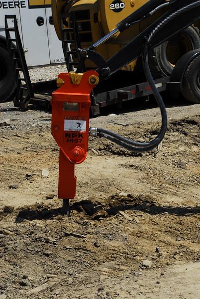 NPK PH07 hydraulic hammer on Deere mini excavator (48).JPG