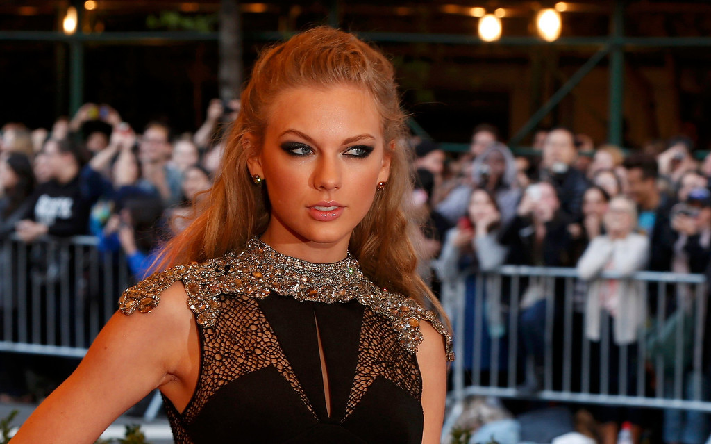""". Singer Taylor Swift arrives at the Metropolitan Museum of Art Costume Institute Benefit celebrating the opening of \""""PUNK: Chaos to Couture\"""" in New York, May 6, 2013.       REUTERS/Lucas Jackson"""