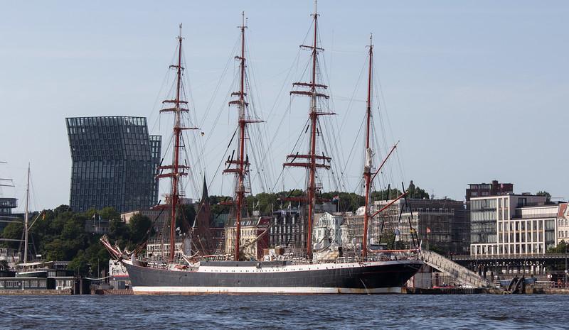 Segelschiff SEDOV in Hamburg an der Überseebrücke