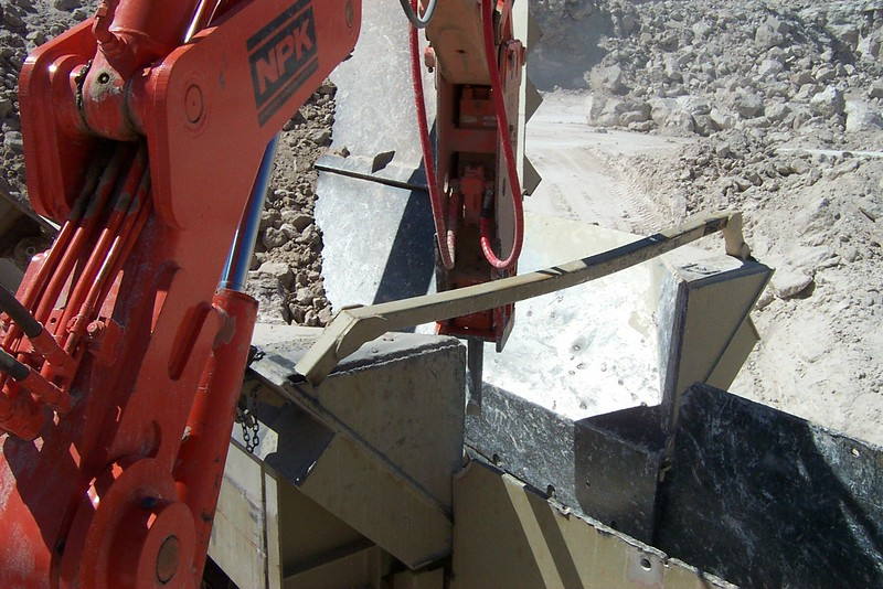 NPK B040 pedestal boom system with E series hydraulic hammer-rock breaking in quarry (6).jpg