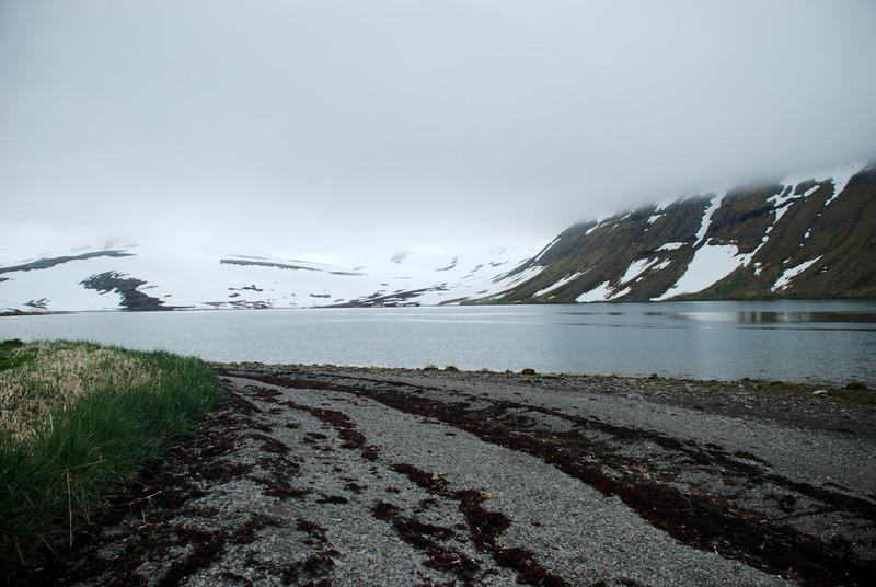 Horft inn í Karlsstaðadal, Djúpuhlíðarfjall vinstra megin