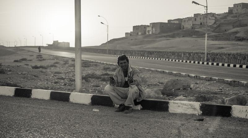 Personaje egipcio en la carretera. Lúxor. Egipto