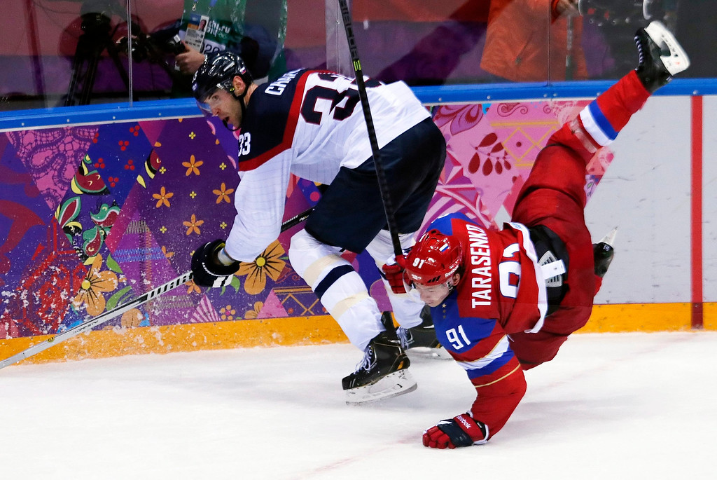 . Vladimir Tarasenko (R) of Russia fights for the puck with Slovakia player Zdeno Chara (L) during the Men\'s Preliminary Round Group A match between Russia and Slovakia at the Bolshoy Ice Dome in the Ice Hockey tournament at the Sochi 2014 Olympic Games in Sochi, Russia, on Feb. 16, 2014.  EPA/ANATOLY MALTSEV