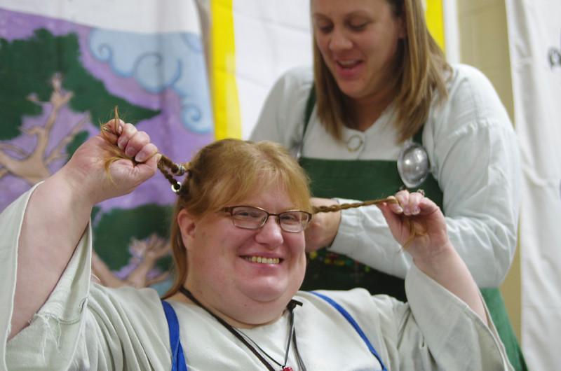 jenn braids Siohan's hair.