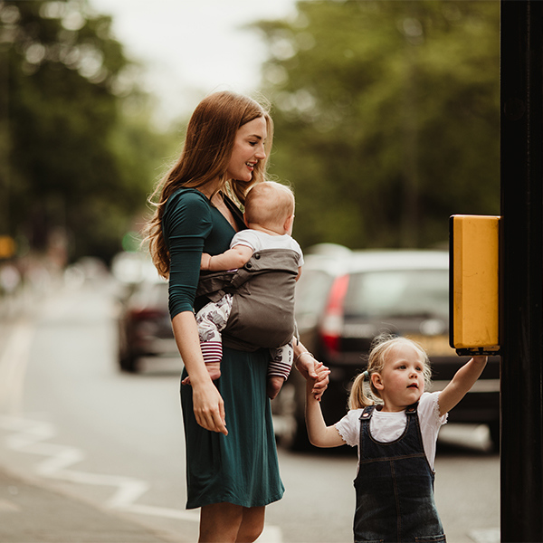 Izmi_Baby_Carrier_Mid_Grey_Lifestyle_Side_Carry_Traffic_Light.jpg
