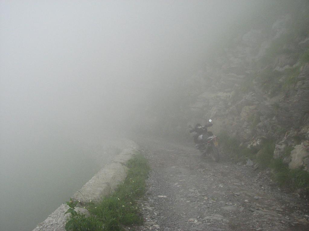 Deze piste reed ik m'n eerste keer bij zware mist en zicht van 15 tot 20 meter. Zeer verrassend als er dan plots twee figuren aan de rand van de weg opdoemen. Champignon plukkers. Misschien wel bewust bij beperkte zichtbaarheid...