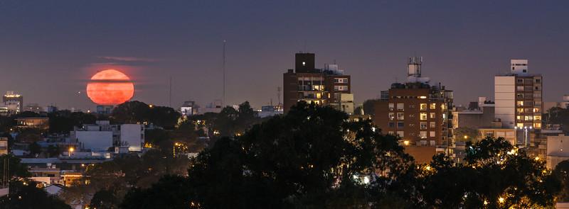 Luna llena sobre Montevideo