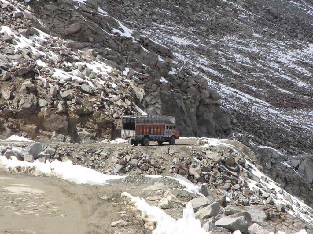 Onderschat beroep. Truckdriver op Khardung La