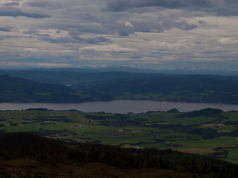 Utsikt fra Storheia mot Gaulosen, Orkdalsfjorden og Dovre (Foto: Ståle)