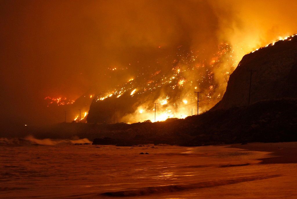. The Springs Fire rages along the Pacific Ocean north of the Ventura County Line May 2, 2013. REUTERS/Jonathan Alcorn