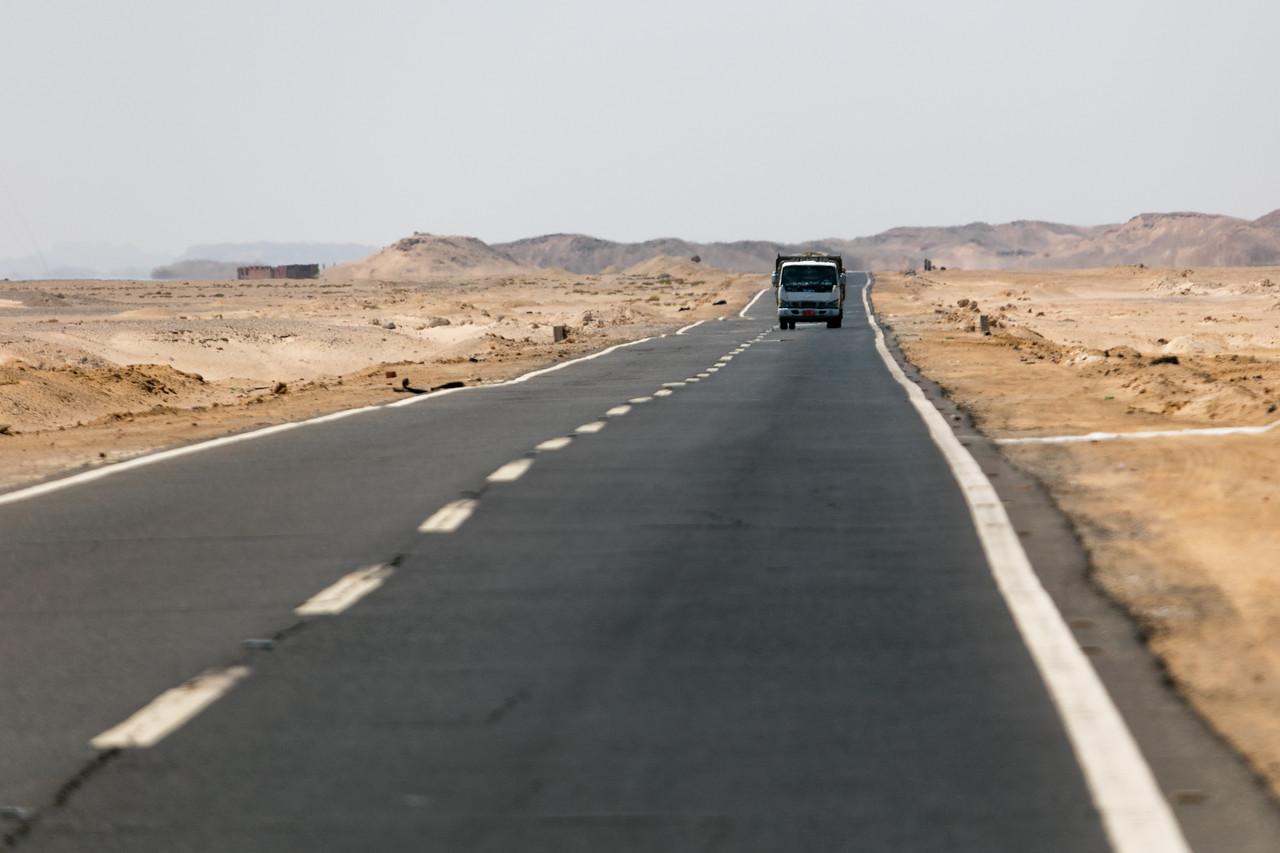 Egipt; Krajobraz; PrzezOknoAutobusu; Safari; pustynia; Egipskie drogi