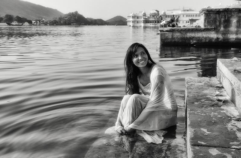Young woman washing herself in lake Pichola.  Udaipur, Rajasthan, 2011.