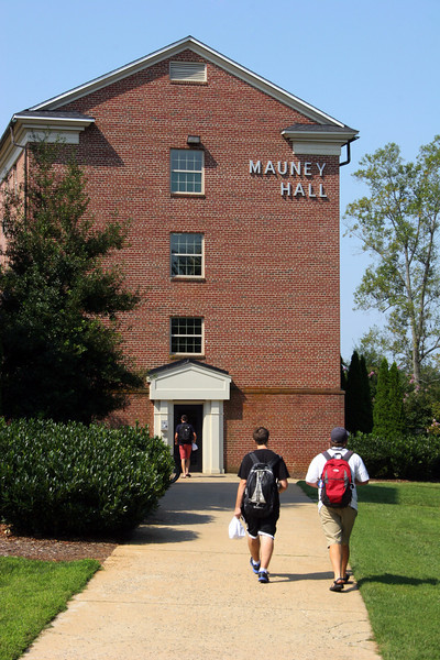 Students walking to the Mauney Hall building at Gardner-Webb University.