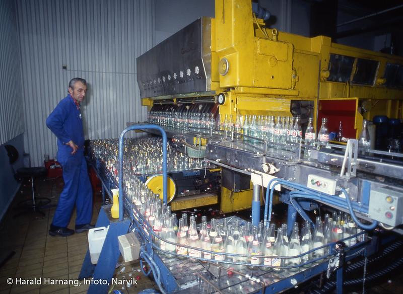 Narvik mineralvannfabrikk, trolig vaskemaskin for glassflasker.