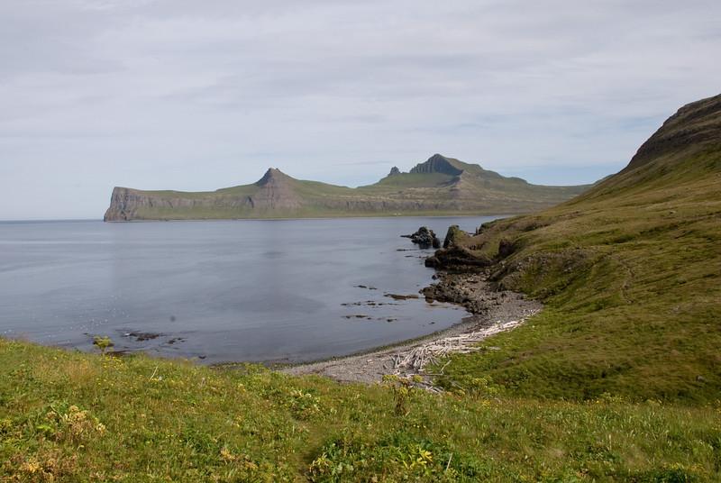 Horft út Rekavík yfir að Horni. Miðfell og Kálfatindar