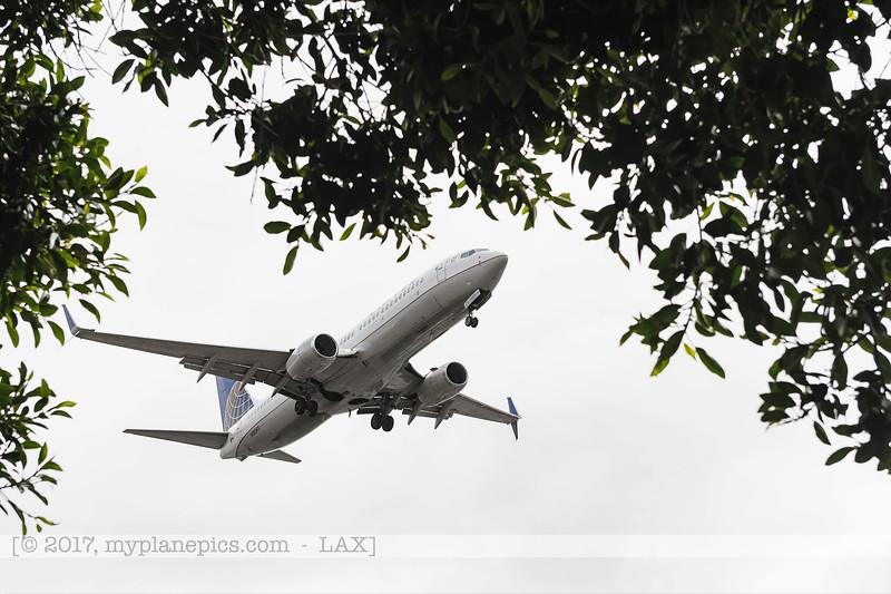 F20170219a104706_7940-United-Boeing 737-824-N18243-undercarriage.jpg