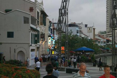 Locals and tourists walking at the Singapore Riverwalk