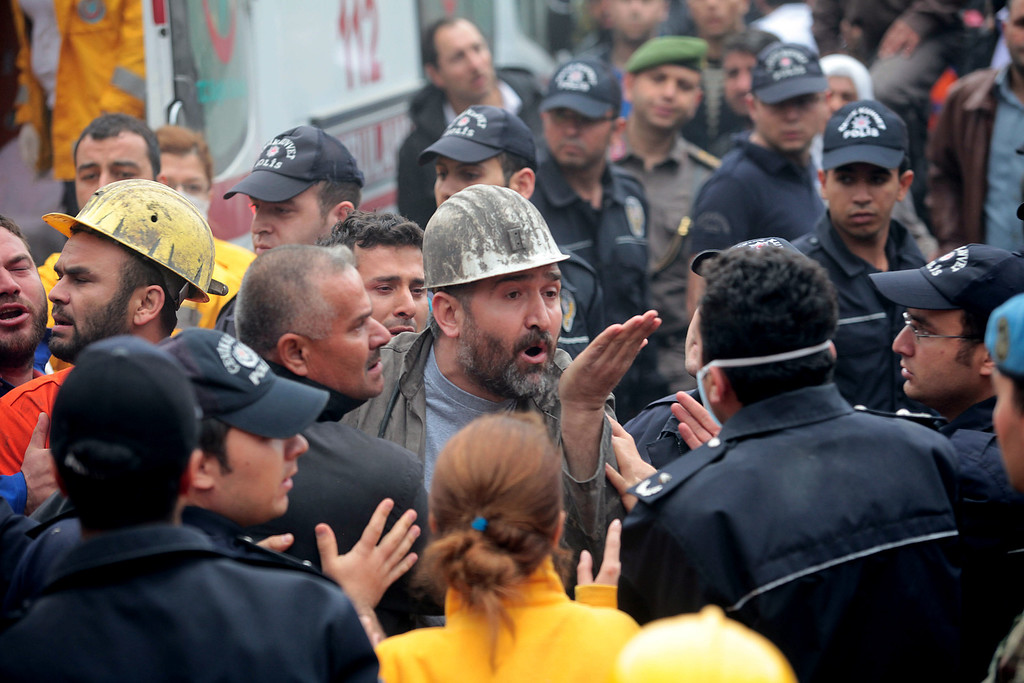 . A miner argues with police after a coal mine explosion, on May 14, 2014 in Soma, Manisa, Turkey. (Photo by Ahmet Sik/Getty Images)