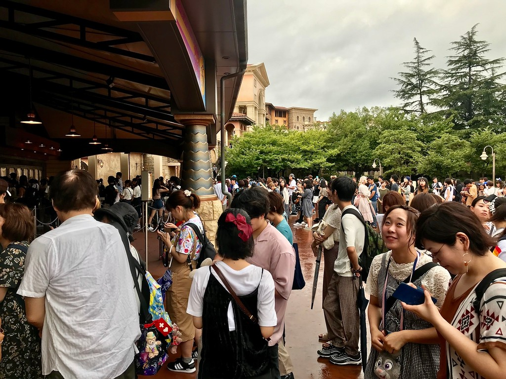 Lines to enter the park at 8:30am.