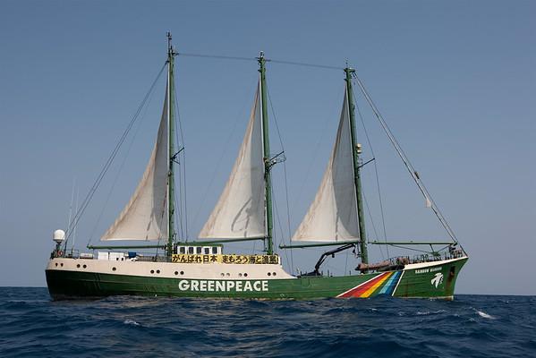El Rainbow Warrior navega a Fukushima