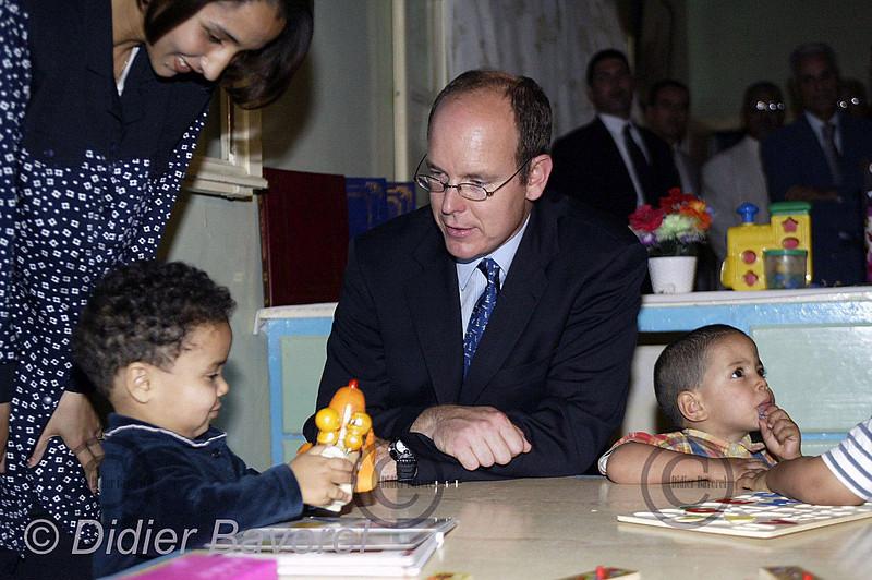 LE 27/10/2002   TAROUDANT.  VISITE DE SAS LE PRINCE ALBERT DE MONACO,A L'ECOLE ST DEVOTE DONT UNE MAISON POUR LES ORPHELINS A ETE FINANCEE PAR LA M.A.P. (MONACO AIDE ET PRESENCEE)