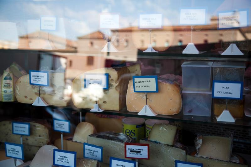 Quesos expuestos en una tienda del Mercado de la Boquería, Barcelona