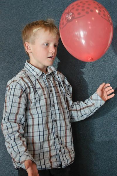 Rommet var pyntet med masse ballonger som barna likte å leke med. Til slutten var selvfølgelig alle ballongene knust!