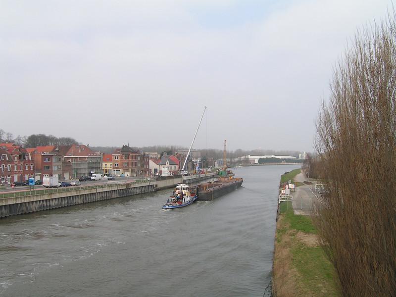 De Brusselsesteenweg en de Grimbergsesteenweg in Vilvoorde zijn volledig en gedeeltelijk afgesloten voor het verkeer. Oorzaak is de verzakking van de oever van het Kanaal van Willebroek over een afstand van dertig meter aan de Vuurkruisenlaan.